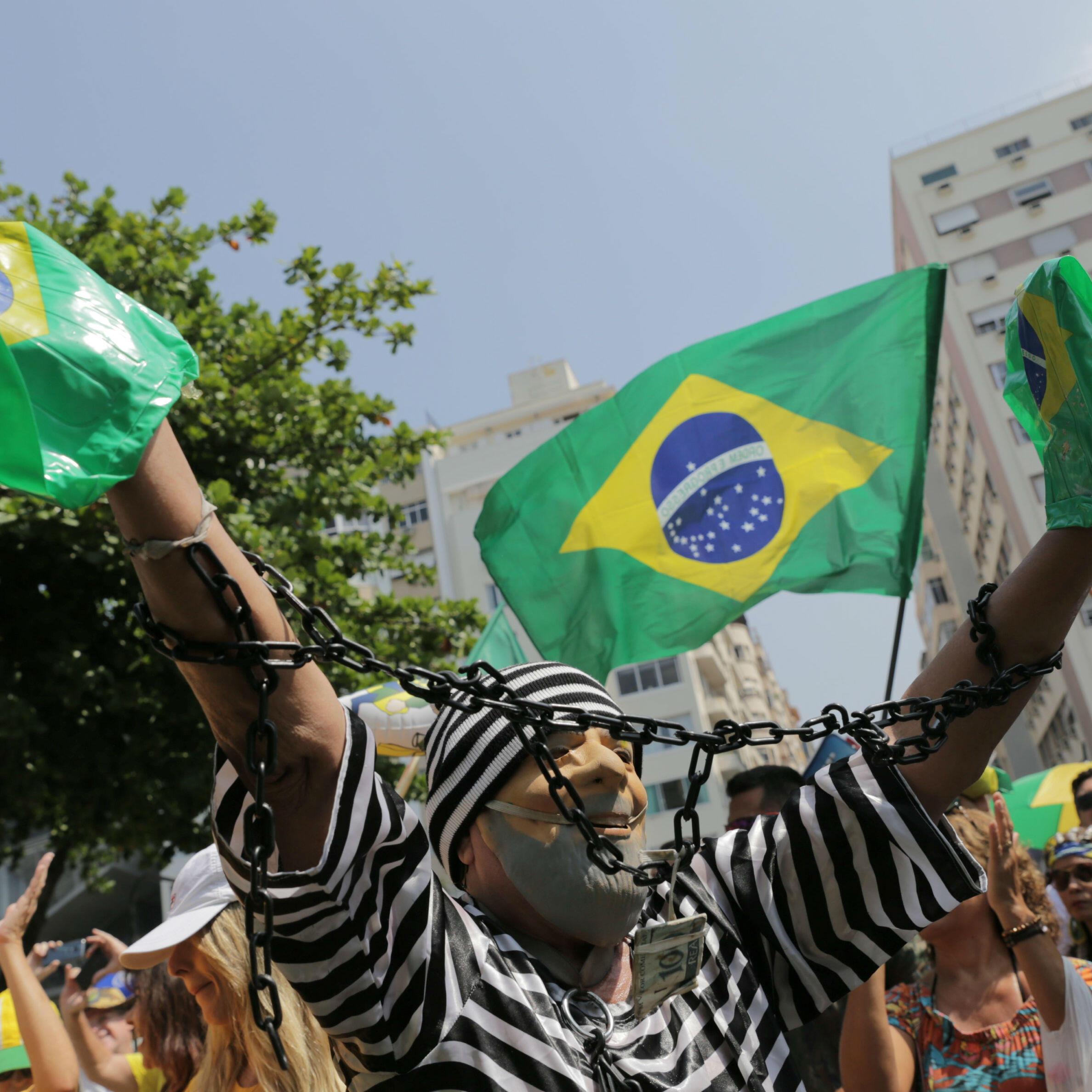 Un manifestante se disfraza del expresidente Luiz Inácio Lula da Silva como prisionero, durante una protesta contra la corrupción en Río de Janeiro, Brasil, el 7 de abril de 2019.