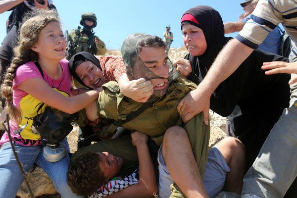Le 28 août 2015, à Nabi Saleh, la jeune fille tenter de libérer son petit frère de l'emprise d'un soldat israélien.