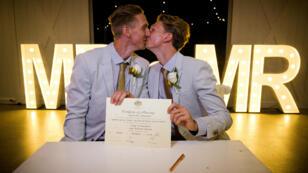 Le sprinter australien, Craig Burns, et son compagnon, Luke Sullivan, lors de leur mariage, le 9 janvier 2018.