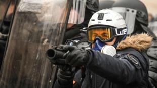 Un officier de police brandissant son LBD40 lors d'une manifestation de Gilets jaunes à Paris, le 19 janvier 2019.