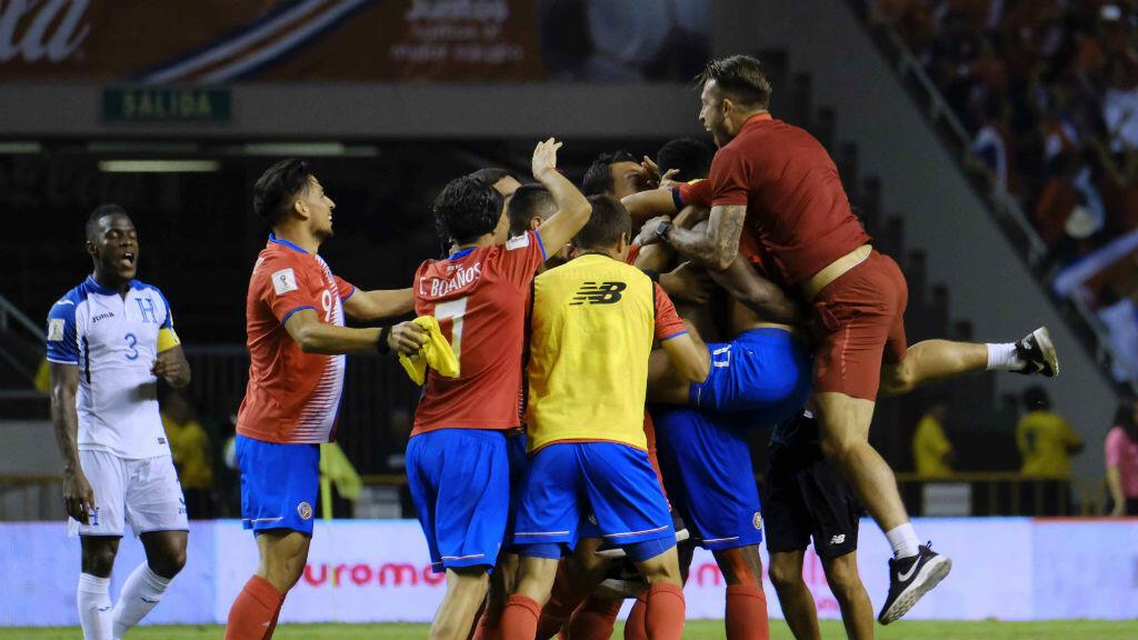 Los jugadores de Costa Rica celebran luego de empatar con Honduras y asegurar su clasificación al Mundial de Rusia 2018