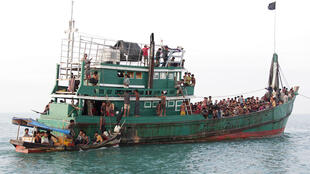 Des migrants rohingyas sur leur embarcation à proximité des côtes indonésiennes, le 20 mai 2015.