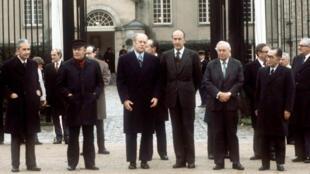 Photo de famille clôturant le premier G6, le 17 novembre 1975, au château de Rambouillet.