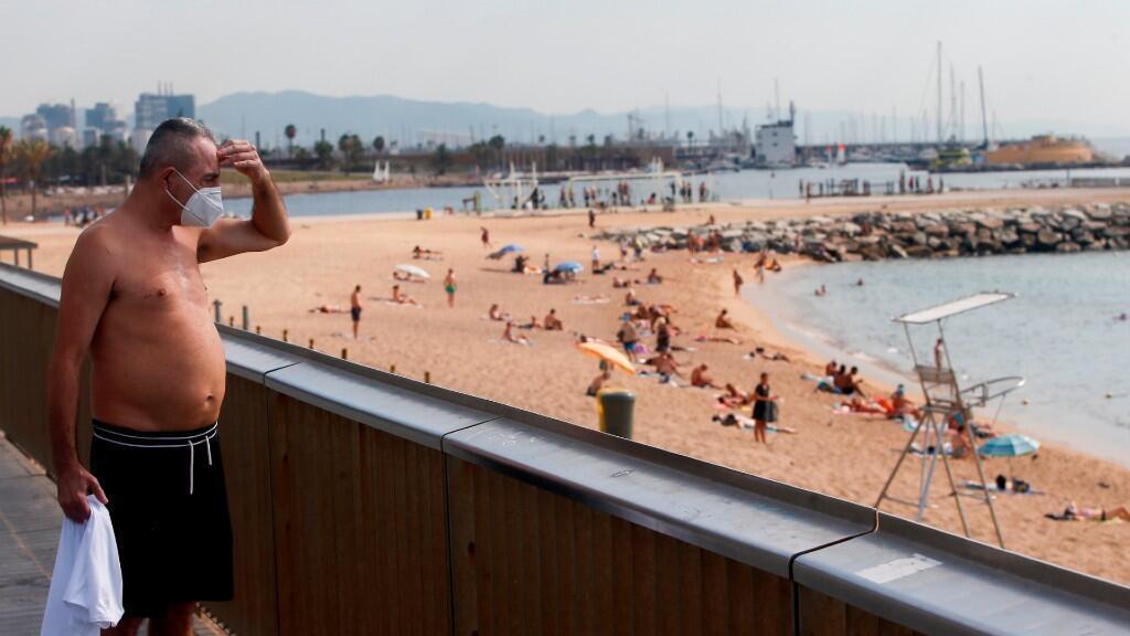 Un turista contempla una playa de Barcelona, España, una de las ciudades donde se registran rebrotes de Covid-19 desde hace varios días. Imagen del 20 de julio de 2020.