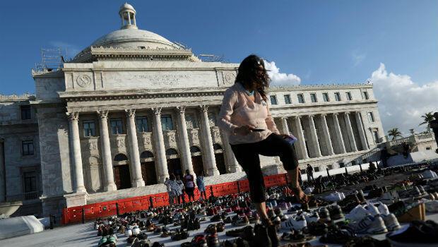 Se exhiben zapatos en el Capitolio para rendir homenaje a las víctimas del huracán María luego de que un equipo de investigación dirigido por la Universidad de Harvard calculara que 4,645 personas perdieron la vida.