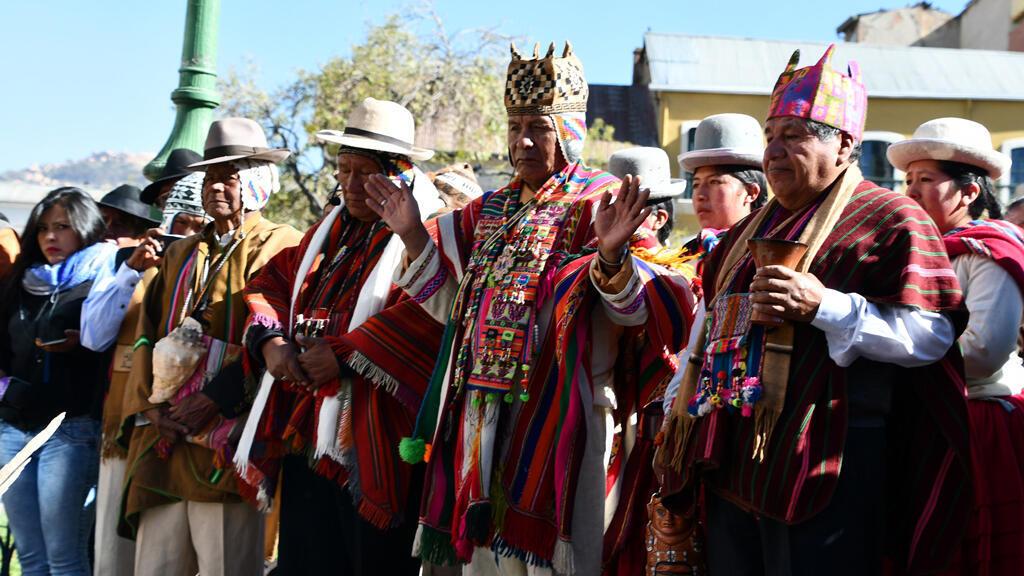 Chamanes  y líderes de Tiwanaku participan el 5 de junio en un ritual en la plaza Murillo de La Paz.