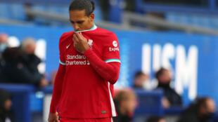 Le défenseur de Liverpool Virgil van Dijk quitte la pelouse, sur blessure, lors du derby de la Mersey contre Everton au Goodison Park, ld 17 octobre 2020