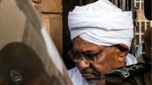 L'ex-président soudanais Omar el-Béchir, lors d'une première comparution au tribunal pour des accusations de corruption, le 16 juin 2019.