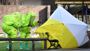 Le banc de Salisbury sur lequel gisaient Sergueï Skripal et sa fille a été isolé par les équipes de décontamination le 8 mars 2018.