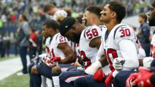 Los jugadores de los Texans de Houston se arrodillan ante el himno nacional. 29/ 10/ 2017