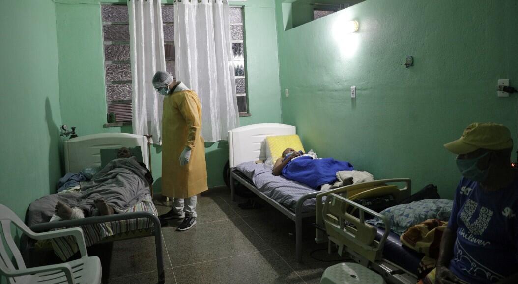 Un cuidador revisa a los ancianos en aislamiento en el refugio de San Francisco de Asís, donde nueve residentes con síntomas de Covid-19 han sido aislados. En Sao Joao do Meriti, cerca de Rio de Janeiro, Brasil, el 12 de junio de 2020.