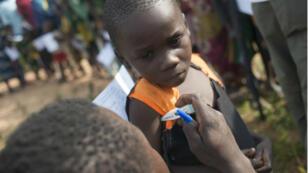 Un enfant centrafricain examiné par un medécin lors d'une campagne contre le paludisme, en 2014.