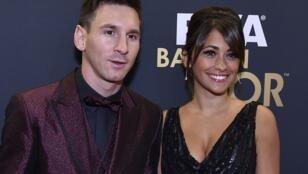 ليونيل ميسي إلى جانب زوجته في حفل جائزة الكرة الذهبية لعام 2014
