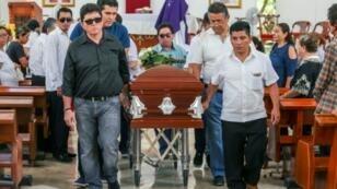 Familiares y amigos del periodista mexicano Javier Enrique Rodríguez Valladares, asesinado el 29 de agosto de 2018, llevando su féretro en la catedral de Cancún, en el estado de Quintana Roo, dos días después