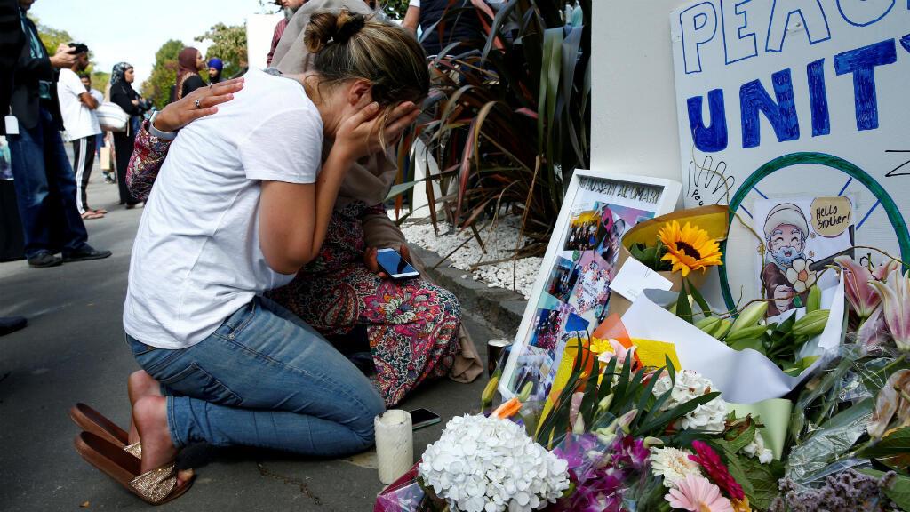 Una mujer llora en un memorial a las víctimas de las una de las mezquitas en Christchurch, Nueva Zelanda, el 23 de marzo de 2019.