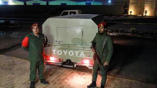 شرطيان من قوات حفتر في مدينة بنغازي شرق ليبيا في 5 أيار/مايو 2020