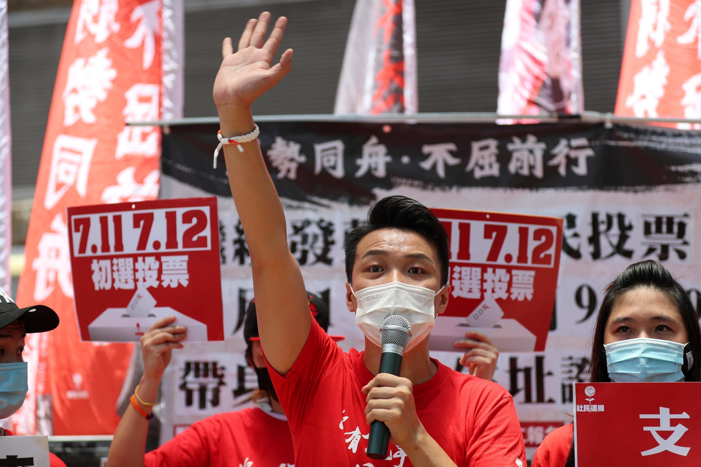 Jimmy Sham, candidat de la circonscription de Kowloon West, fait campagne lors d'une élection primaire à Hong Kong le 11 juillet 2020.