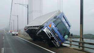 Un camion renversé sur un pont par les vents du typhon Jebi, le 4 septembre 2018 à Sakaide, dans le sud du Japon.