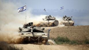 Des tanks israéliens pendant l'opération Bordure protectrice à Gaza, 5 août  2014