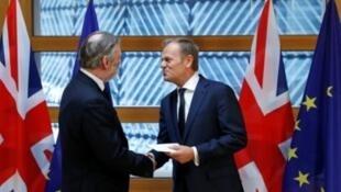 رئيس المجلس الأوروبي دونالد توسك إلى جانب ممثل بريطانيا السابق في الاتحاد الأوروبي. 2017/03/29