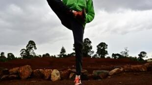 Un des athlètes kényans, qui a reconnu s'être dopé, s'échauffe avant un entraînement à Iten, le 8 mai 2019