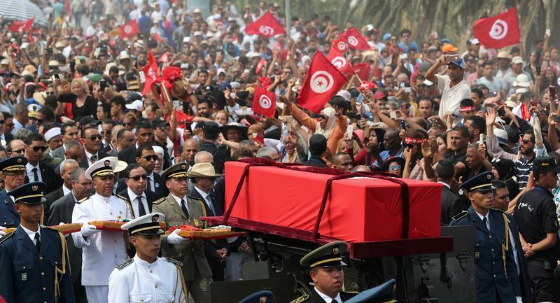 موكب جنازة الباجي قايد السبسي في طريقه إلى مقبرة الجلاز بالعاصمة