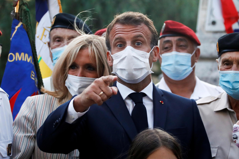 El presidente Emmanuel Macron (c) y su esposa Brigitte Macron (i) en Bormes-les-Mimosas, Francia, el 17 de agosto de 2020.
