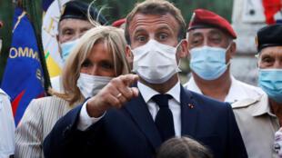 Emmanuel (c) et Brigitte (g) Macron à Bormes-les-Mimosas (Var), le 17 août 2020