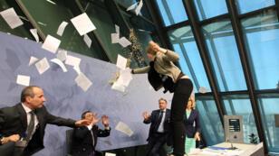 L'Allemande Josephine Witt a interrompu Mario Draghi en le bombardant de confettis, mercredi 15 avril 2015.
