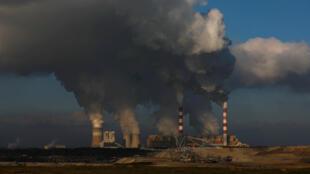 Imagen de la planta de energía de Belchatow, Polonia. La planta, operada por PGE Group, es la central eléctrica de carbón más grande de Europa. En la imagen, la planta en funcionamiento el 28 de noviembre de 2018.