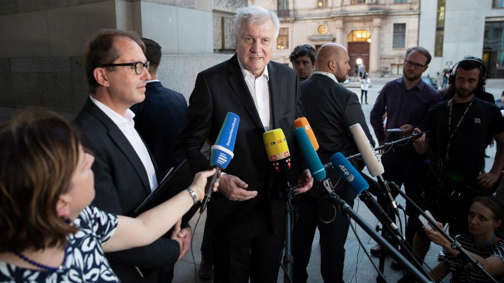 El ministro del Interior alemán, Horst Seehofer, habla a la prensa después de una cumbre de las fuerzas de la coalición de Gobierno en Berlín, Alemania el jueves 5 de julio de 2018.