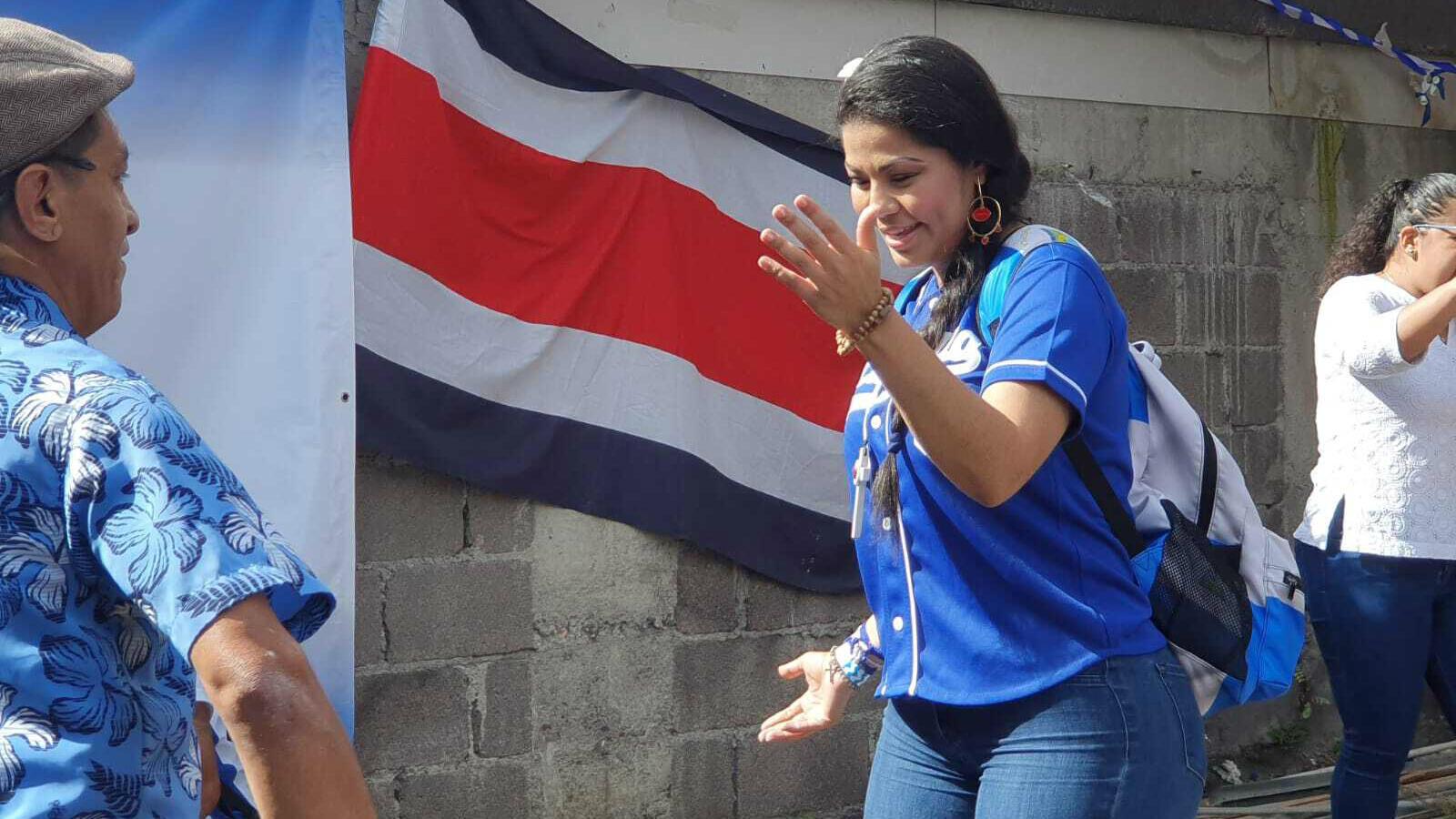La activista opositora al Gobierno de Daniel Ortega, Irlanda Jerez, comparte con otros exiliados nicaragüenses durante una visita a Costa Rica