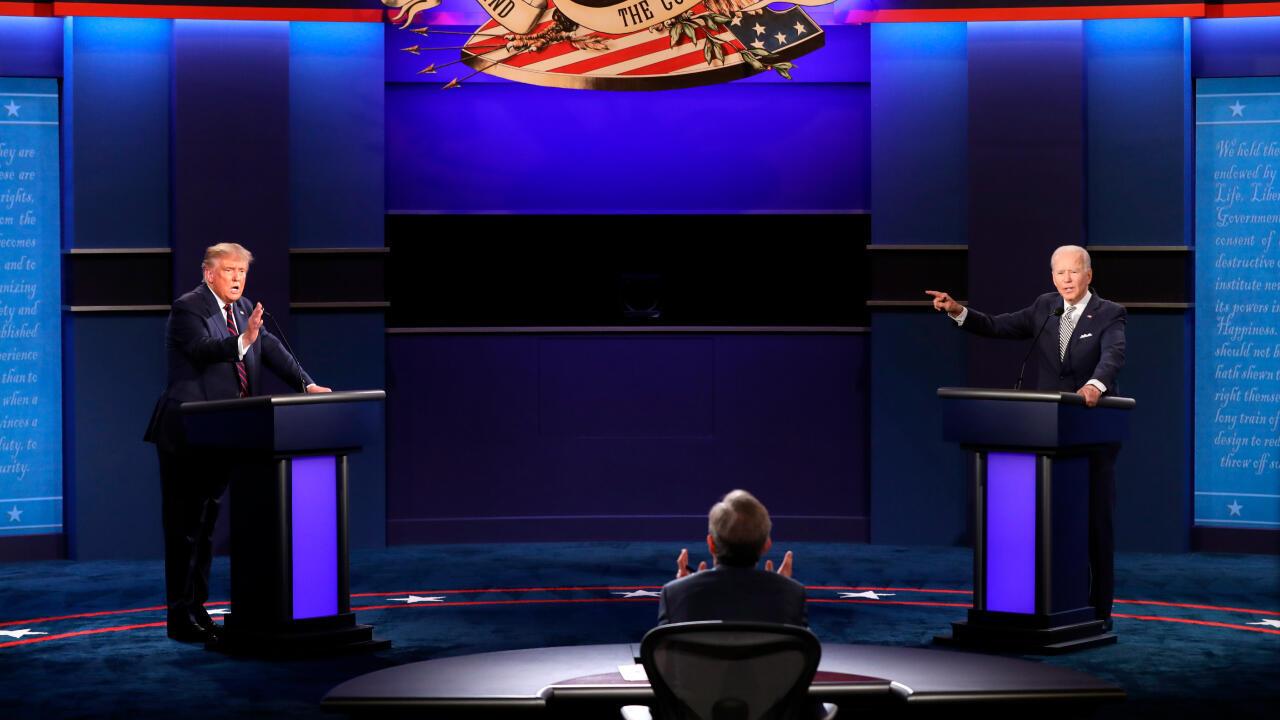 El presidente de EE. UU., Donald Trump (I) y el candidato demócrata a la presidencia, Joe Biden (D), debaten frente al moderador del encuentro, Chris Wallace, quien intenta mantener el orden de la discusión, en Cleveland, Ohio, el 29 de septiembre de 2020.