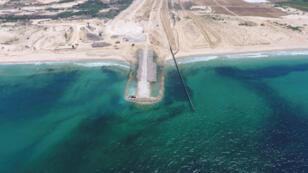 Imagen aérea de la construcción de una barrera submarina en territorio israelí para evitar infiltraciones de Hamás desde Gaza.