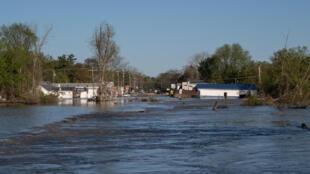 المياه تغمر الطرقات في بلدة سانفور في ميشيغان في 20 أيار/مايو 2020