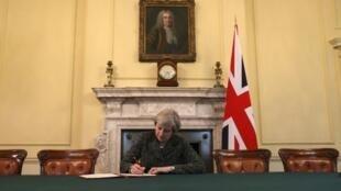 ماي وهي توقع رسالة بدء مفاوضات خروج بريطانيا من الاتحاد الأوروبي 2017/03/29