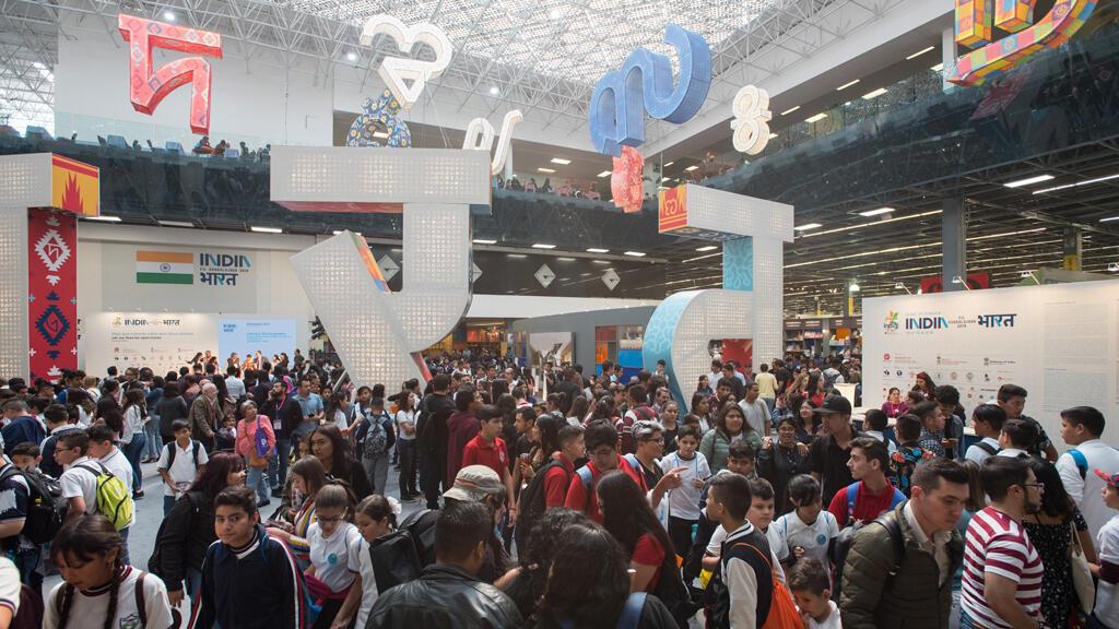 Público visitante en el Pabellón de India en la Feria Internacional del Libro en Guadalajara, México, el 6 de diciembre de 2019.