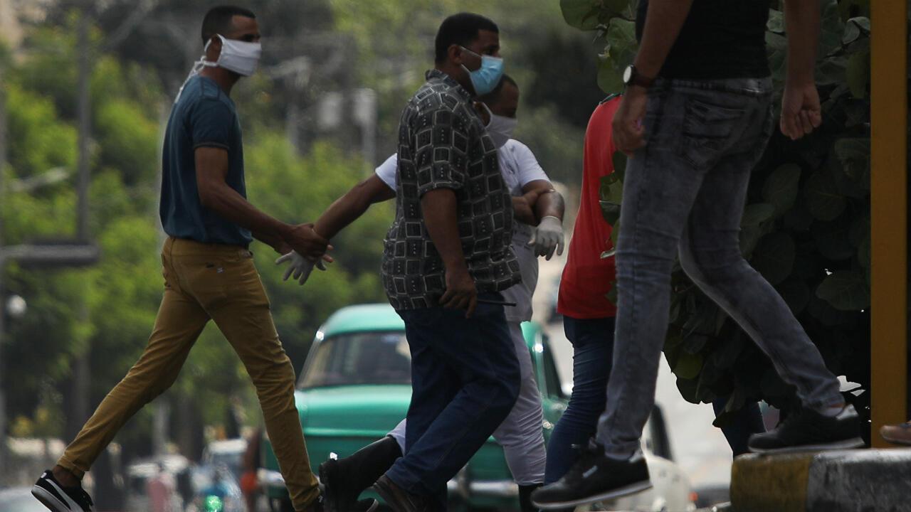 Un hombre es llevado por otros que parecerían se agentes policiales en el marco de denuncias de detenciones de activistas cubanos por incentivar protestas contra el racismo. La Habana, Cuba, 30 de junio de 2020.