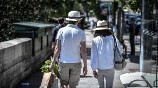 Des personnes se promènent sur les bords de Seine à Paris le 23 juin 2020, jour de forte chaleur