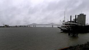 El río Misisipi horas antes de ser golpeado por el huracán Nate, de categoría 1.