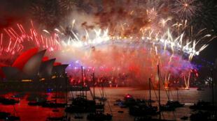 La bahía de Sídney en donde el emblemático puente y la casa de la ópera son el escenario de uno de los espectáculos de pirotecnia más famosos en la fiesta de Año Nuevo