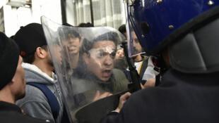 Los estudiantes argelinos se pelean con las fuerzas de seguridad durante una protesta en la capital, Argel, contra el presidente Abdelaziz Bouteflika por su quinto mandato, el 26 de febrero de 2019.
