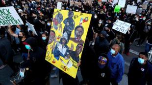 Manifestantes protestan el 30 de mayo de 2020 en Boston, Massachusetts, en respuesta a la reciente muerte del joven afroamericano George Floyd.