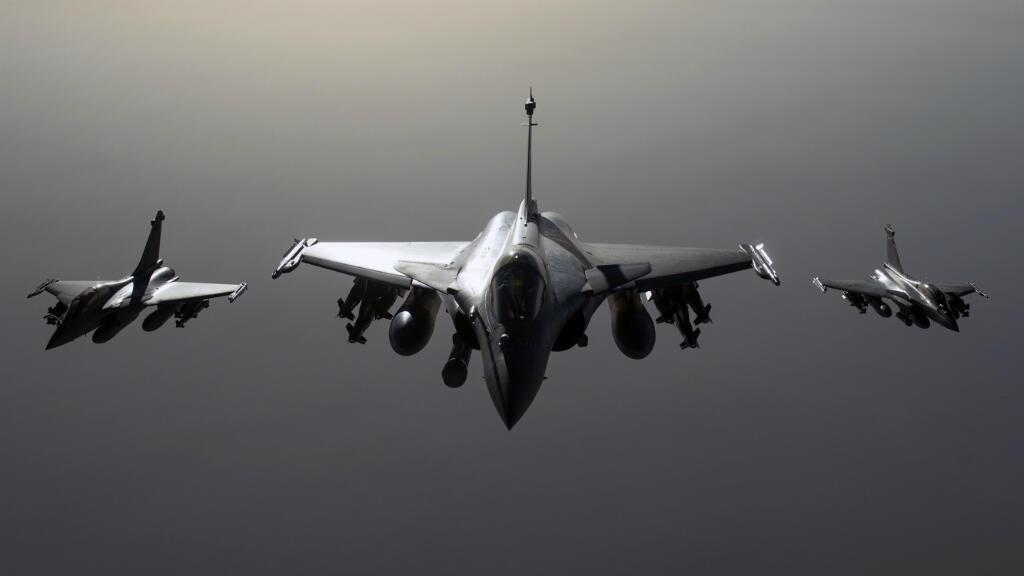 Des Rafales français volent vers la Syrie, où la France conduit désormais des frappes contre l'EI.