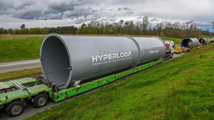 Le convoi des trois premiers tubes de la piste d'essais Hyperloop TT en route pour Toulouse.