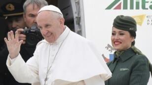 البابا فرنسيس لدى مغادرته مطار فيوميتشينو في روما متوجها إلى القاهرة، الجمعة 28 نيسان/أبريل 2017
