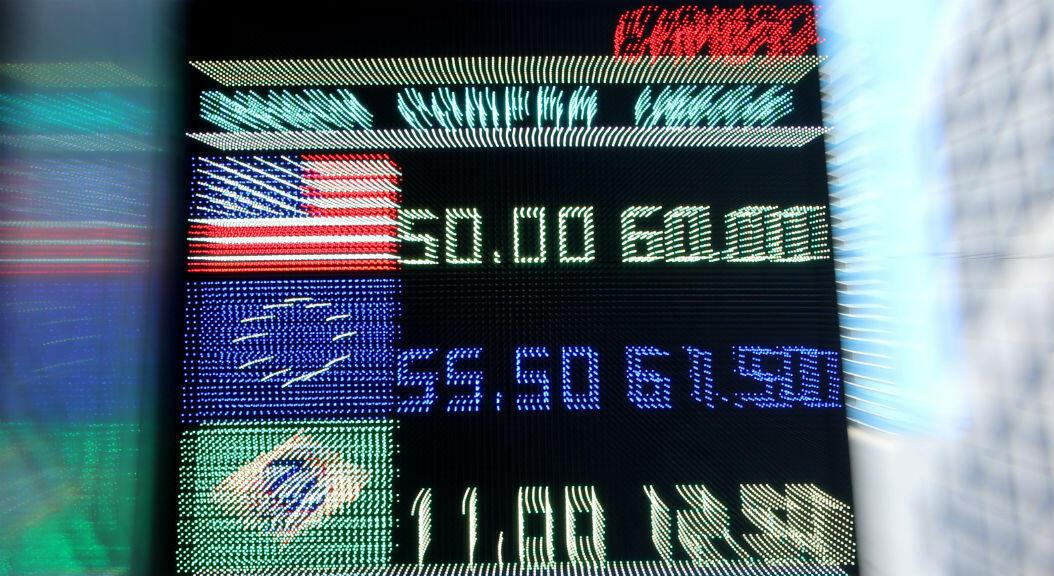 Archivo- Un tablero electrónico muestra los tipos de cambio, en el distrito financiero de Buenos Aires, Argentina, el 12 de agosto de 2019.