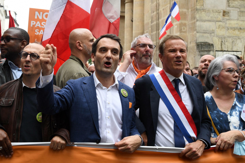 Florian Philippot et Nicolas Dupont-Aignan, le 17 juillet 2021, manifestent contre le projet de loi sanitaire à Paris.