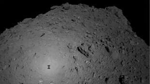 Le robot franco-allemand Mascot, qui s'est posé sur l'astéroide Ryugu, le 3 octobre 2018.