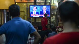 Des Stambouliotes suivent le débat télévisé entre les candidats à la mairie de leur ville, le 16 juin 2019.